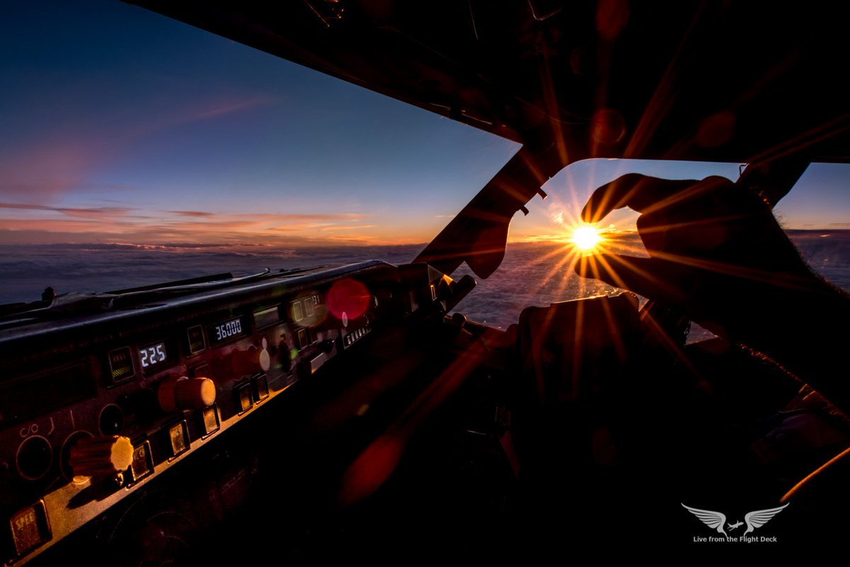 I caught the sunset at 36,000ft #avgeek #aviation #pilotsview #pilotlife<br>http://pic.twitter.com/HJ3yVIyGo1