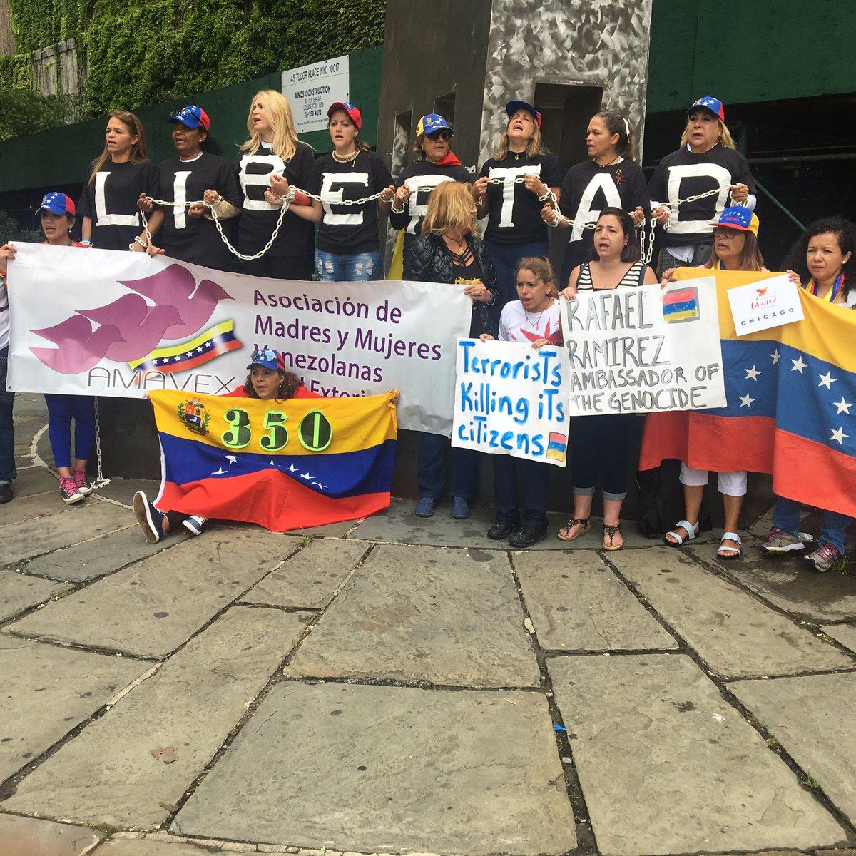 #MujeresPariendoLibertad Venezolanas frente a ONU NY exigiendo la intervención del organismo y canal humanitario @AmavexInc @MVLibertadoras https://t.co/y4lIg21hXo