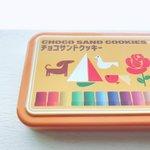 大阪お土産のサクラクレパスコラボのクッキー、クーピーは紙箱、クレヨンはカンカンに入っていて超絶かわい…