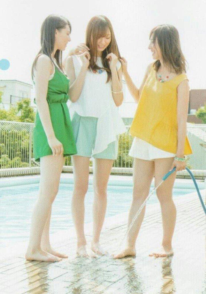 メンバーと三人でプールサイドに立っている梅澤美波の画像