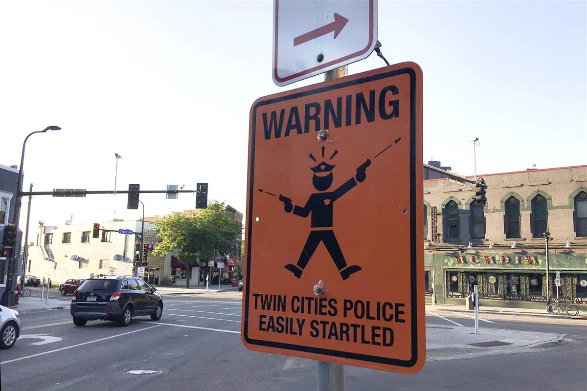 #News Signs Mock Minneapolis Police After Fatal Shooting  http:// shink.in/4IRyB  &nbsp;   #USA  #America #MothersDay <br>http://pic.twitter.com/D4niXfxNc0