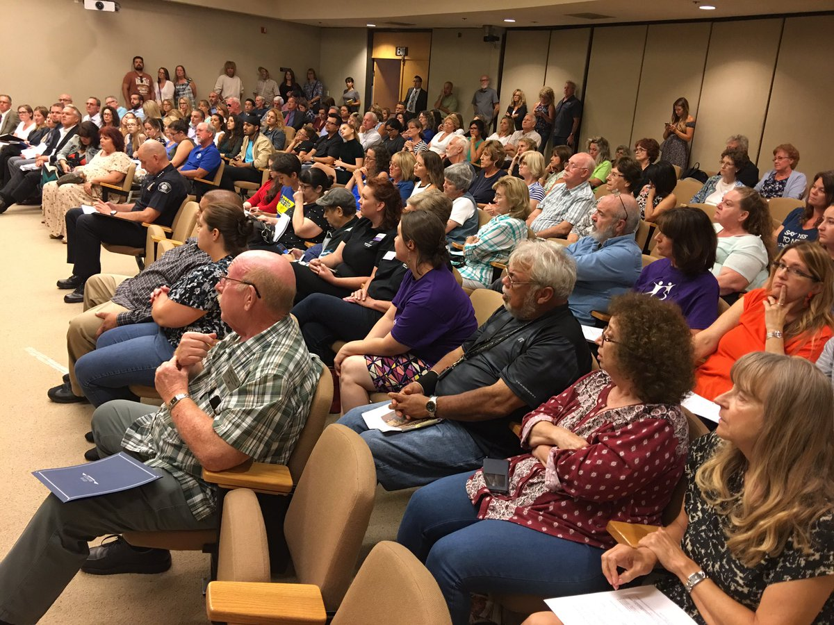 #Simi council chambers packed w. advocates for nonprofits, which will be awarded $150k tonite. Many speak up for Samaritan homeless shelter. <br>http://pic.twitter.com/v6eLUJ4ps6