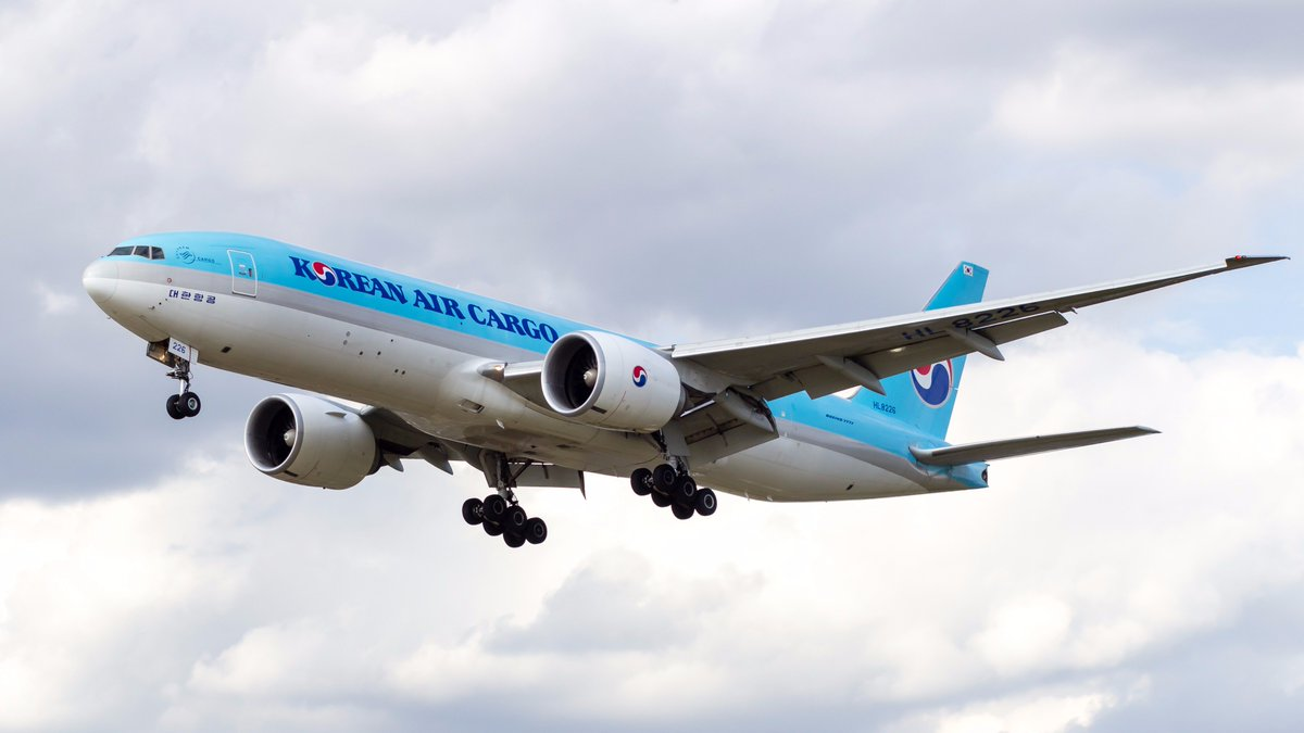 Was happy to snap this @KoreanAir_KE cargo last time @HeathrowAirport as I missed the 747-800 by minutes just before hand. #avgeek #planes <br>http://pic.twitter.com/T4o3VJTkFw