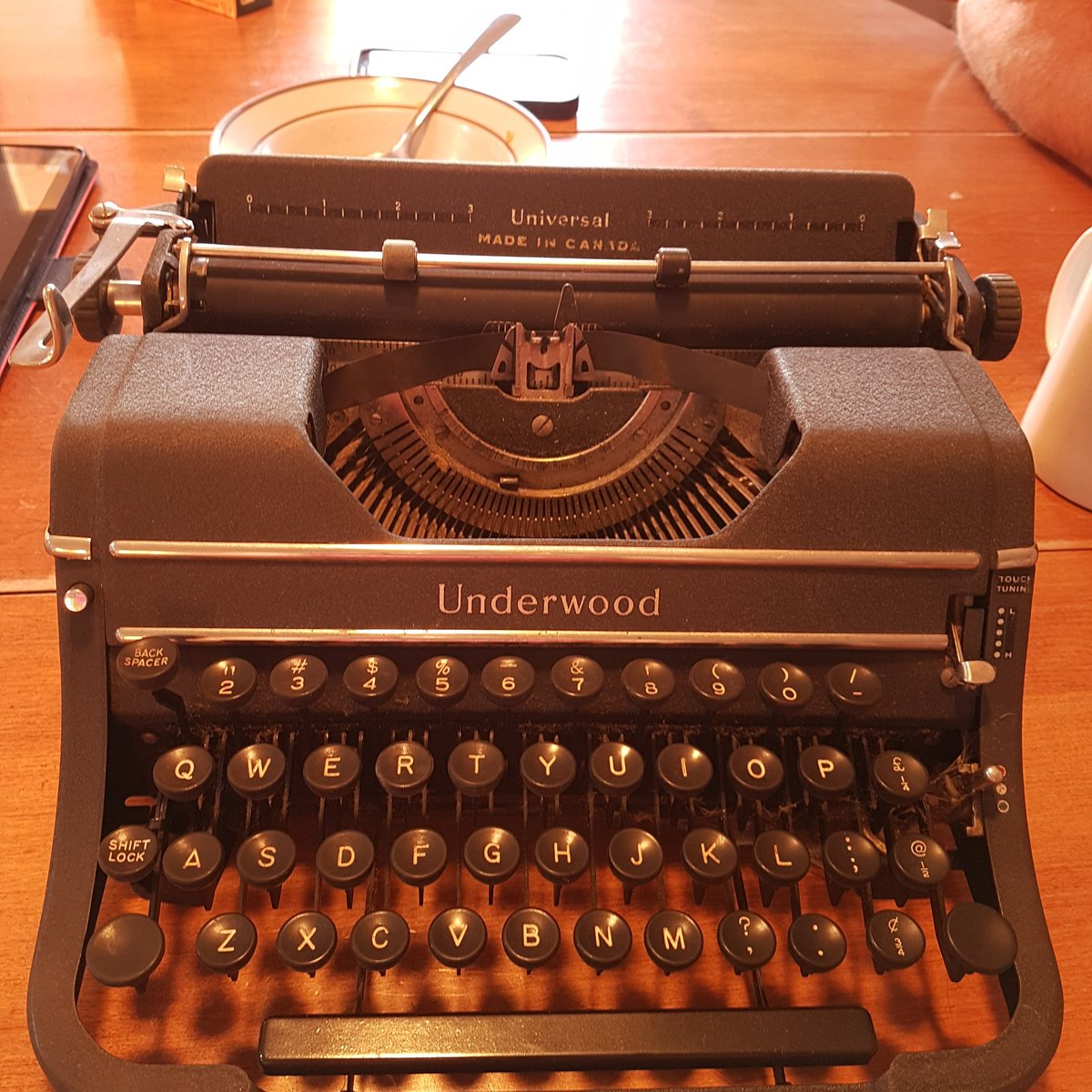 Would you look at that, we have a type writer #ancient #antique <br>http://pic.twitter.com/sJwIsWLITR