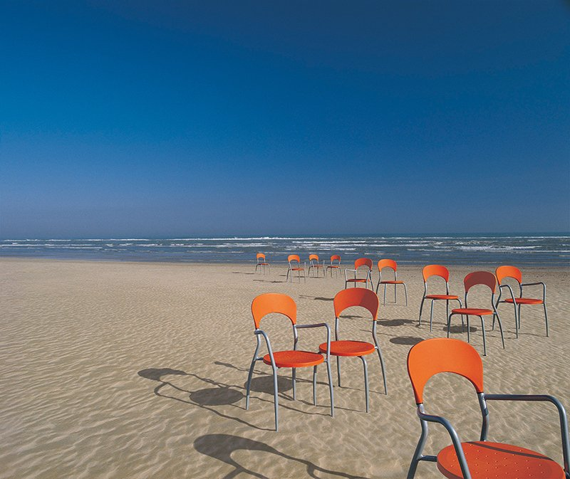 We do like to be beside the seaside with our Sandy chairs, designed by Francesco Geraci. https://t.co/vpIUsKE7hZ