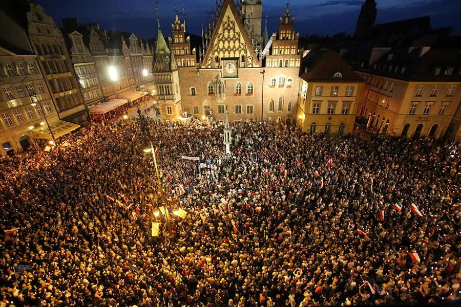 (#Luke 21:25) Thousands protest judicial reform in cities across #Poland  https://www. rt.com/in-vision/3970 86-poland-protest-judicial-reform/ &nbsp; …  #EndTimes #WorldNews<br>http://pic.twitter.com/cU5wLi5u0X