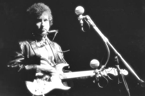 #OnThisDay, 1965, #BobDylan with his first electric guitar at Newport...
