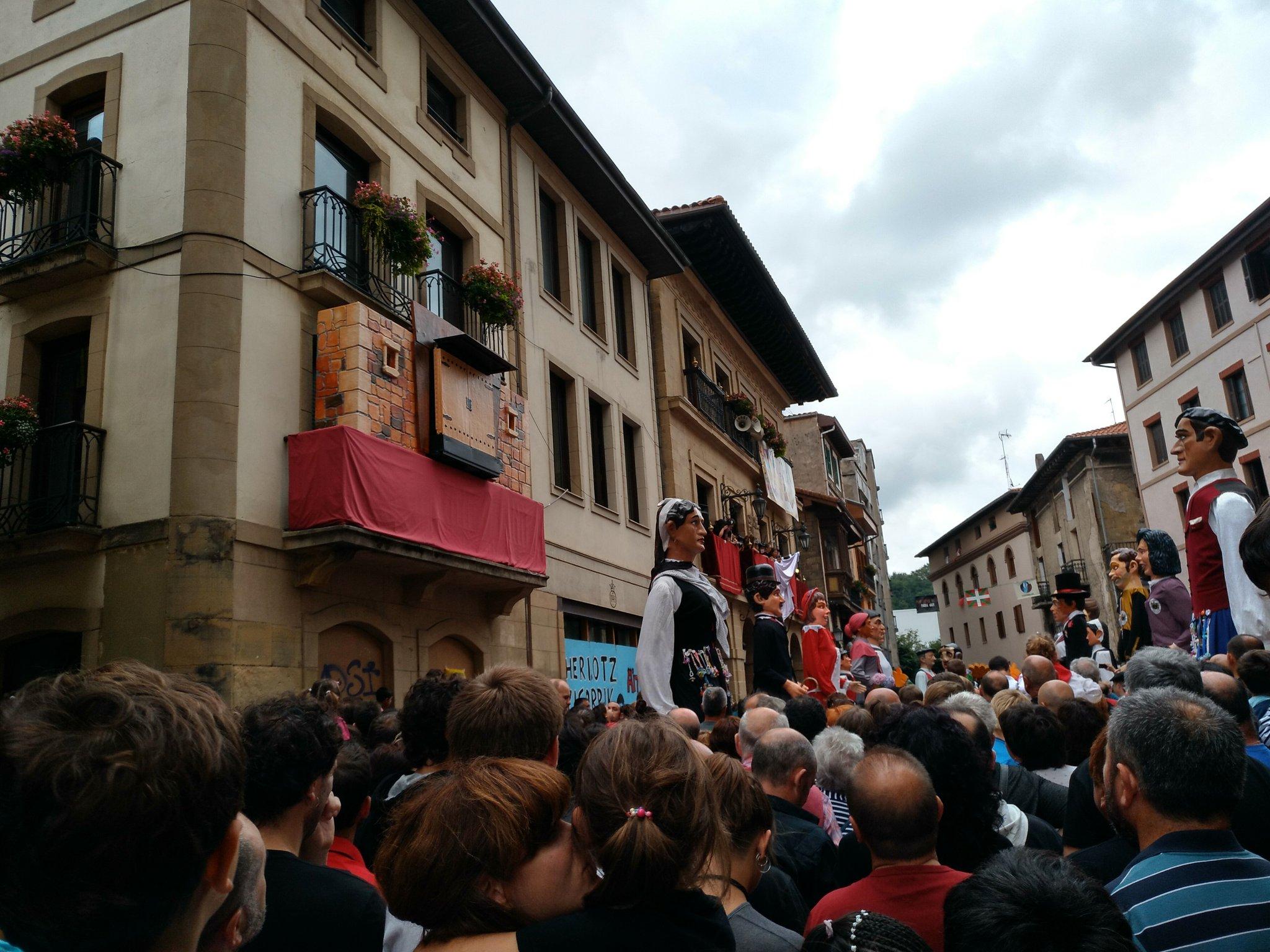 Txapeldunak @hibaika eta bandera udaletxeko balkoian, plazan erraldoi konpartsak #Madalenak2017  @HerriBizia #orereta #Errenteria https://t.co/bGyPJ6Cz57