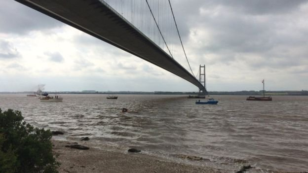 A couple on their first date helped to save a man threatening to jump from the Humber Bridge https://t.co/X4BIaHgyyM