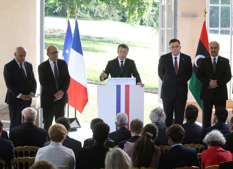 Macron: accueillir les réfugiés, 'un déf...