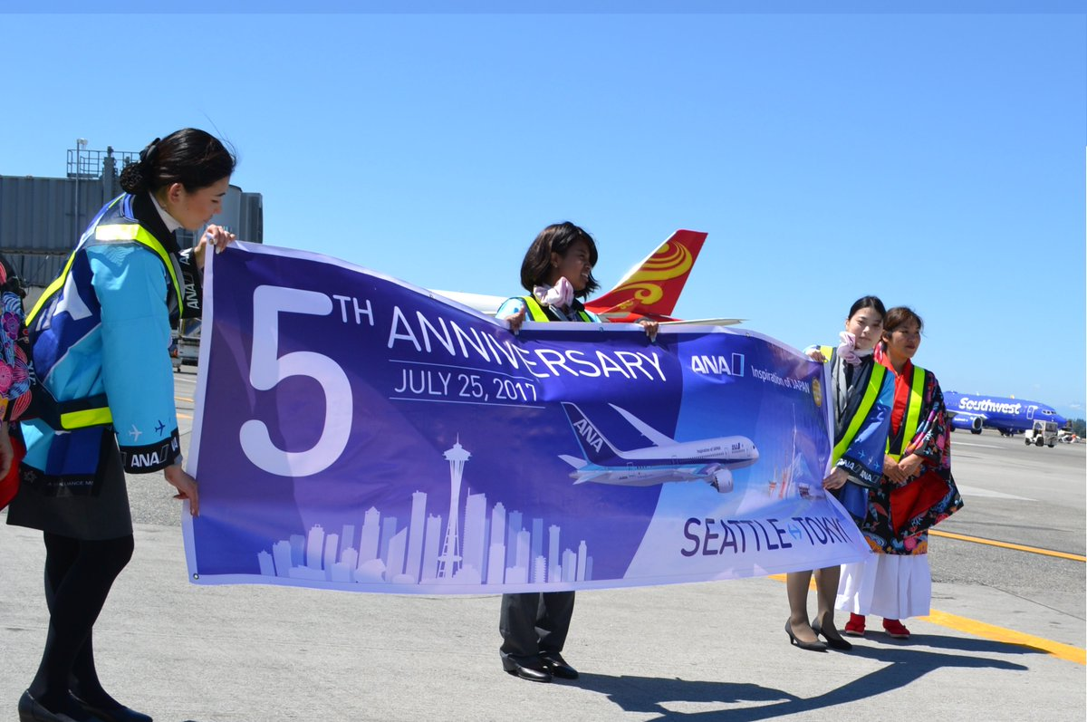 Special day &amp; special @boeing @starwars plane for 1st 787 user @ANA_travel_info 5th Anniv at Sea-Tac! #avgeek #planespotting <br>http://pic.twitter.com/pLmmzE6XBB