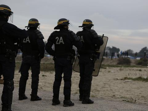 Calais: L'ONG «Human rights watch» dénonce les abus policiers contre les migrants https://t.co/ZNCIMNVnnf
