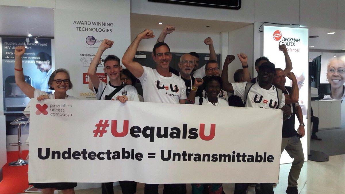 Les activistes portent le message #UequalsU à la conférence #IAS2017  Une pers. séropositive sous traitement ne transmet plus le virus 💪💪🏾💪🏿