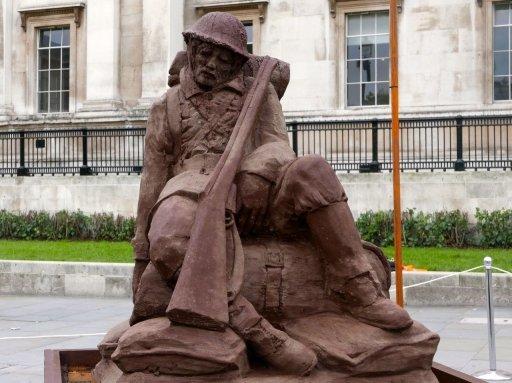Mud soldier in Trafalgar Square will slowly dissolve in the rain, marking #Passchendaele100  https://t.co/njbmAz960A https://t.co/FTeoJbMgdy