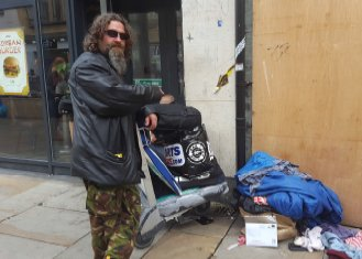 #Homeless sleeping rough in #Oxford ordered to remove possessions from doorway or face fines of up to £2,500  http://www. independent.co.uk/news/uk/home-n ews/homeless-people-sleep-rough-doorway-fines-oxford-remove-possessions-2500-a7859246.html &nbsp; … <br>http://pic.twitter.com/WM3TgIg1iW