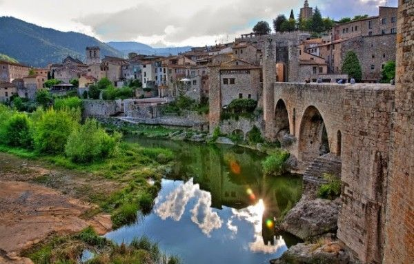 One of the most beautiful villages in #Spain, #Besalú in #Girona. <br>http://pic.twitter.com/H17jTvDxX1