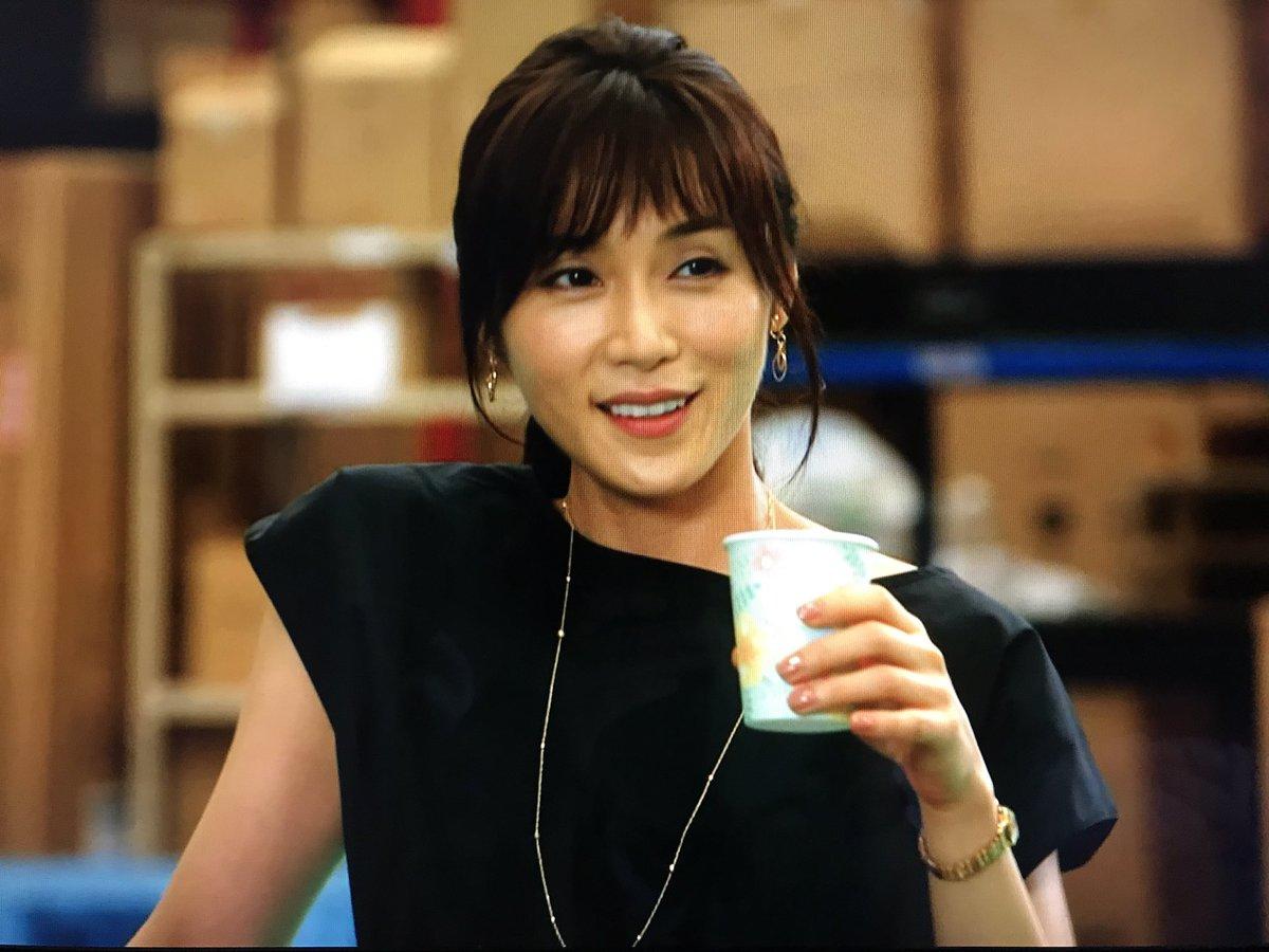 黒のトップスにポニーテール姿で飲み物を飲む「カンナさーん!」出演時の山口紗弥加
