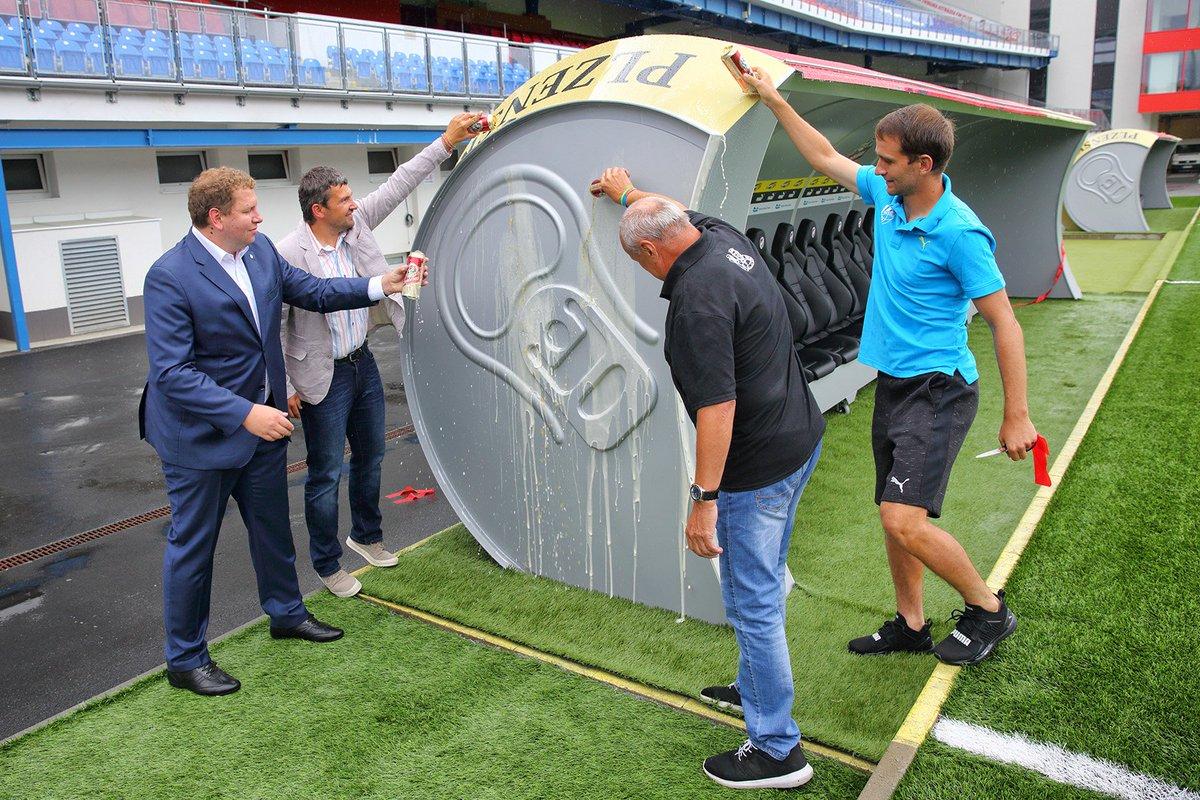 Чешский футбольный клуб установил скамейки запасных вформе пивных банок