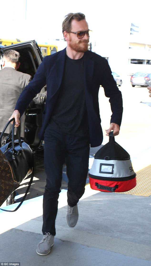 NEW Posting the only pic where he&#39;s smiling  #MichaelFassbender #LAX (Source: The Daily Trash) <br>http://pic.twitter.com/RJZPT8h1ug