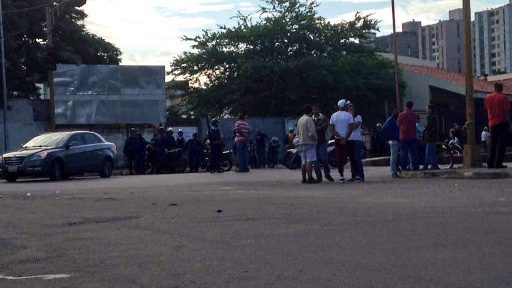 #AHORA 7:50am PoliCarabobo levanto barricadas en Av Universidad altura La Campiña #Naguanagua