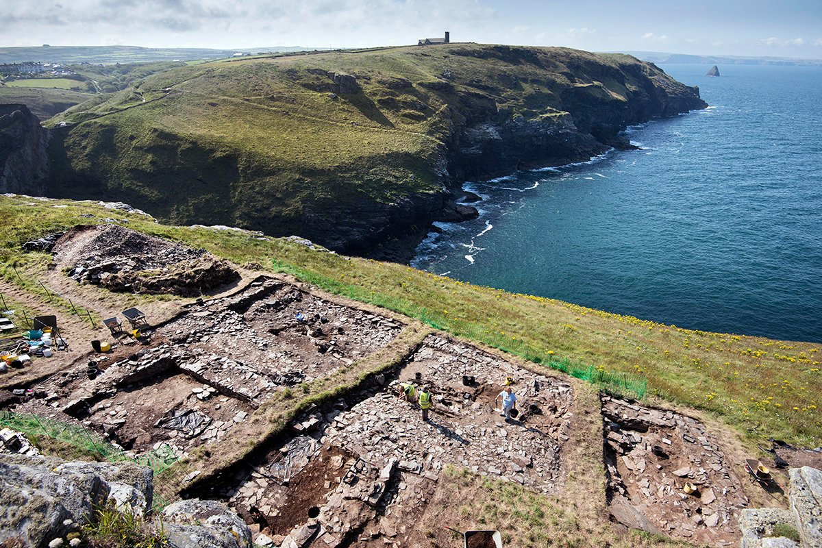 A great shot of the #TintagelDig site. You can clearly see the outlines of early medieval buildings here - walls unseen for over 1000 years. https://t.co/YBiCNzXMGI