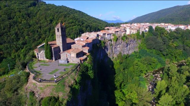Another gem of village in #Girona due to its location: #Castellfollit de la Roca, #Spain<br>http://pic.twitter.com/LKeHOUMPGO