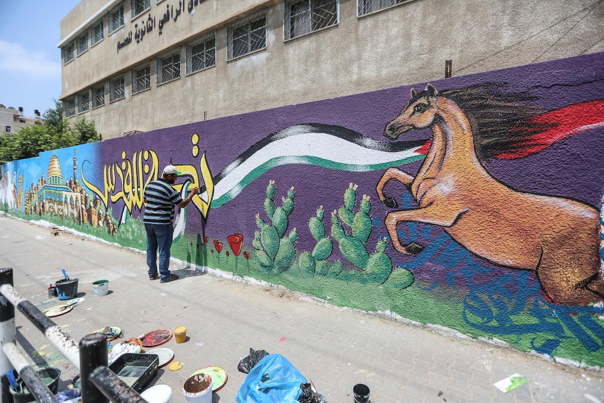 Mural painting in #Gaza protests Israeli violations at #AlAqsa   https://www. middleeastmonitor.com/20170726-mural -painting-in-gaza-protests-israeli-violations-at-al-aqsa/?utm_content=bufferf1eca&amp;utm_medium=social&amp;utm_source=twitter.com&amp;utm_campaign=buffer &nbsp; …  #Palestine #Art<br>http://pic.twitter.com/6hFjwbQT5L
