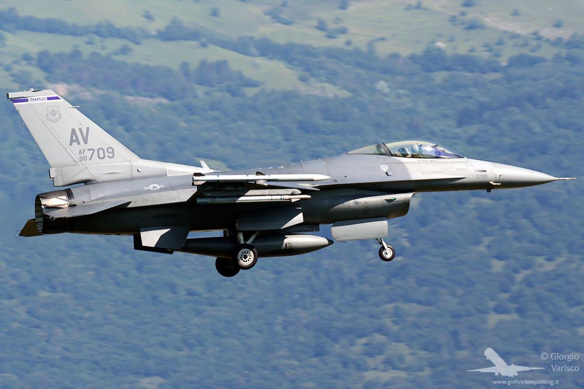 &#39;@usairforce @LockheedMartin F-16 Falcon landing in Aviano. #avgeek #planespotting #aviation<br>http://pic.twitter.com/LZhwy38IVH