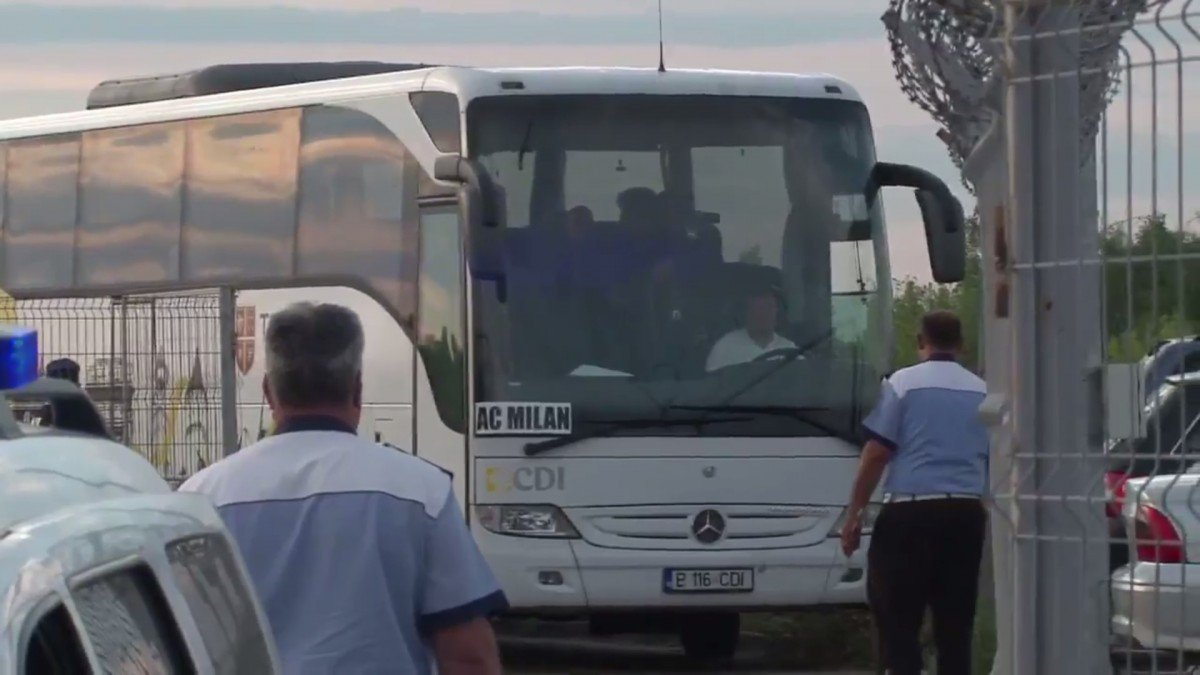 Pullman del Milan bloccato all'aeroporto... - https://t.co/WDEgrwl8Lg #blogsicilianotizie #todaysport