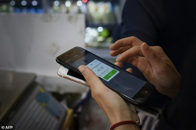 #China cashing out as #mobile #payment soars  http:// dailym.ai/2uDGDSl  &nbsp;    #market #retail #business #fintech #growth #economy $SMA<br>http://pic.twitter.com/a4aZTt8cjd