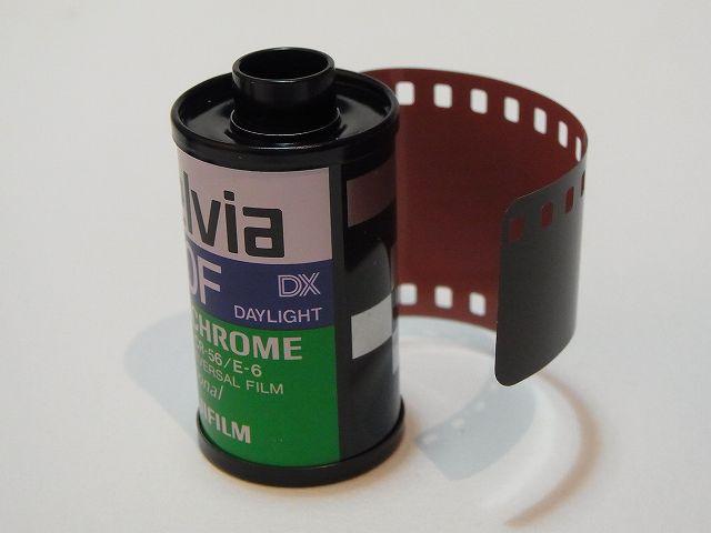 嘘のような本当の話。 メーカー名は伏せるが、大手の某カメラメーカーに今年入社した新人たち。その研修時に、パトローネ入り35mmフィルムを見せたところ、「そんなの見たことがない」と応えた人が、なんと約1/3以上もいたそうだ。 https://t.co/Vi208Tzdf2