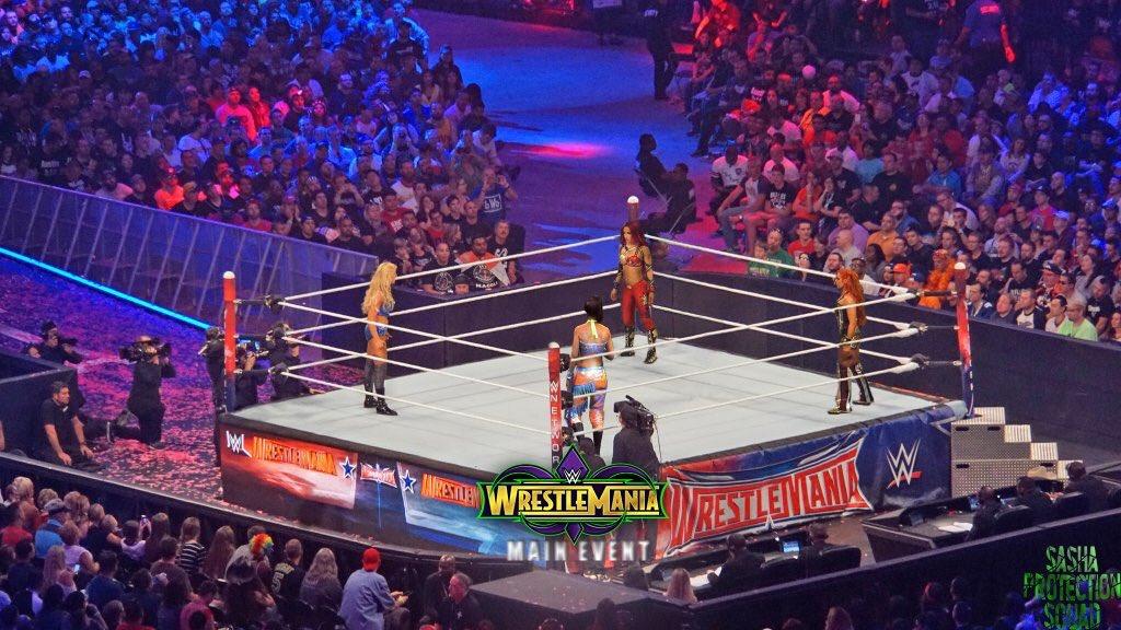 #Wrestlemania Main Event @BeckyLynchWWE @SashaBanksWWE @MsCharlotteWWE @itsBayleyWWE #WomensWrestling #FourHorsewomenpic.twitter.com/hpRwBfKgvM
