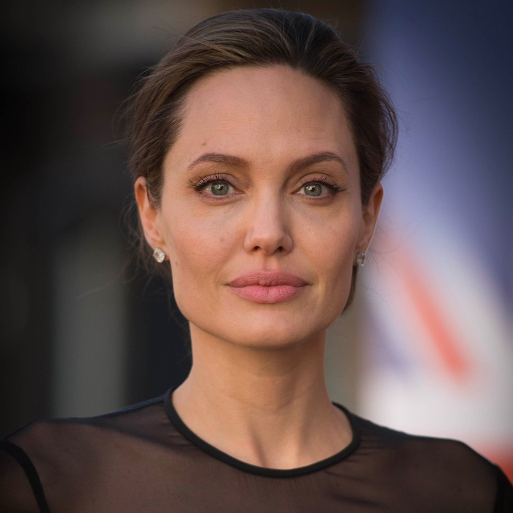 #People Angelina Jolie révèle souffrir d'une paralysie du visage https://t.co/qnyxjxtmjn