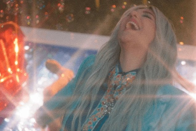 """.@KeshaRose relives her past in """"Learn To Let Go"""" video https://t.co/cwQXUcQz3j https://t.co/UcJkbQIQZH"""