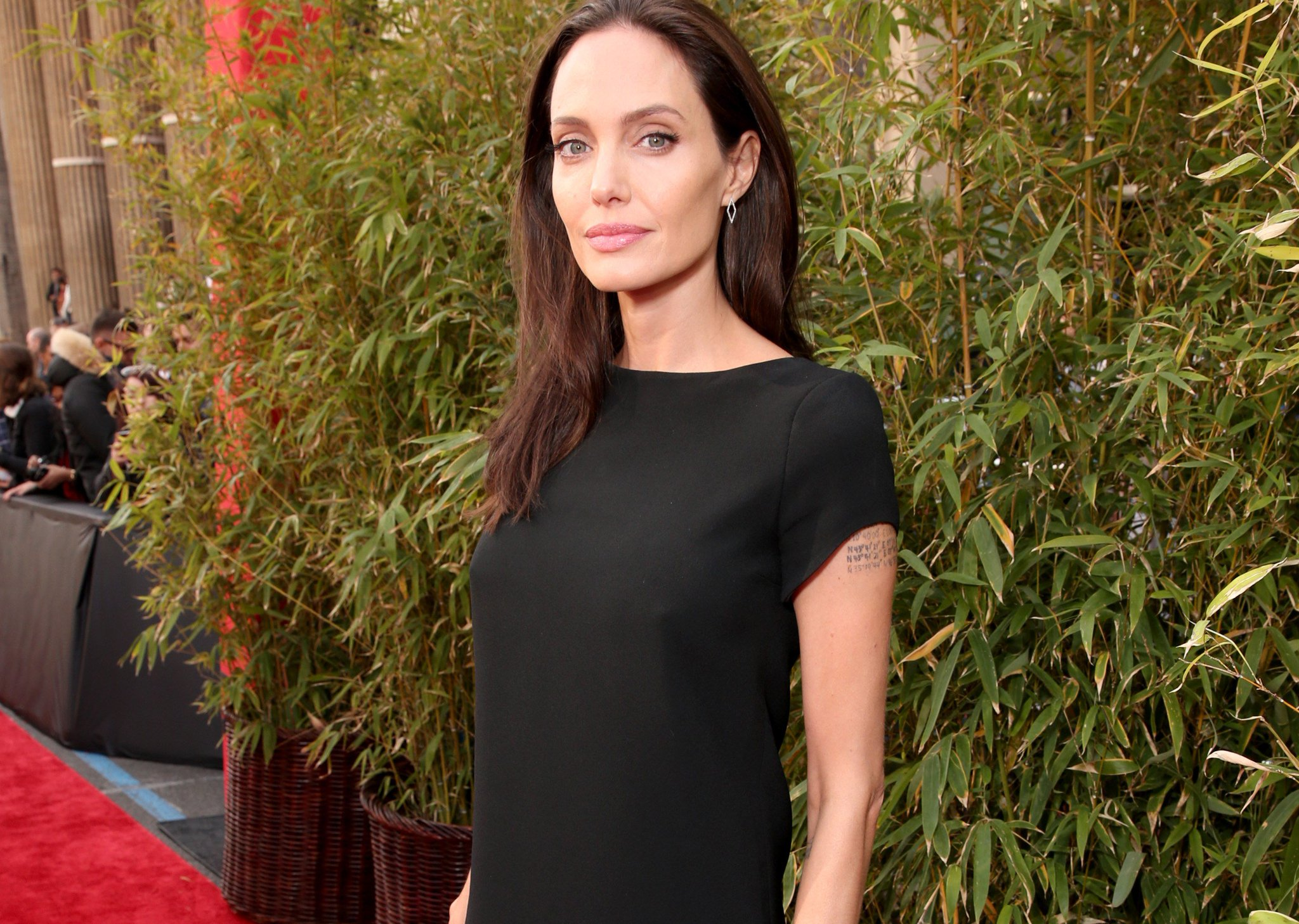 Angelina Jolie reveals she was diagnosed with Bell's palsy: https://t.co/VQTK1UzeQN https://t.co/M3rKBTanYl