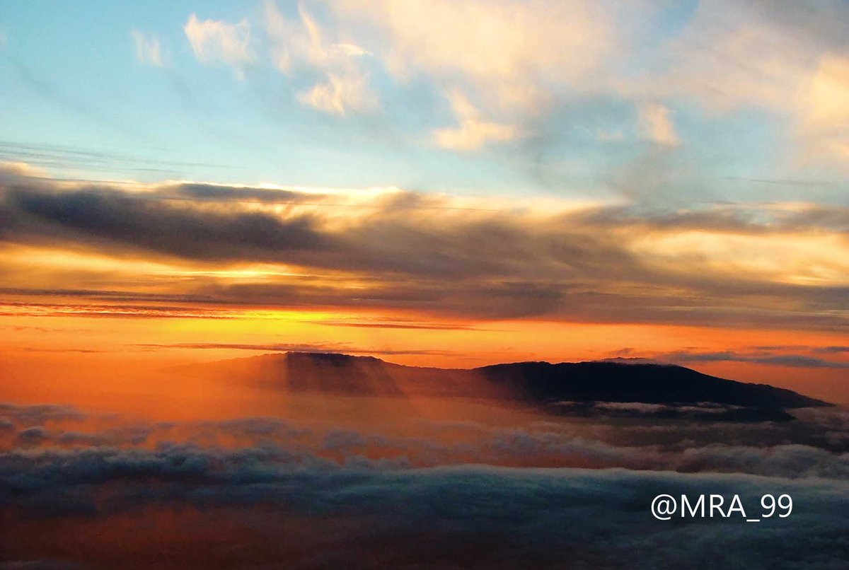 Mountain Ridge #Sunset: The Sun sets over a distant Mountain range, casting its&#39; rays far below the #clouds. #GranCanaria  @photoweather1<br>http://pic.twitter.com/7R0F8kJhYg