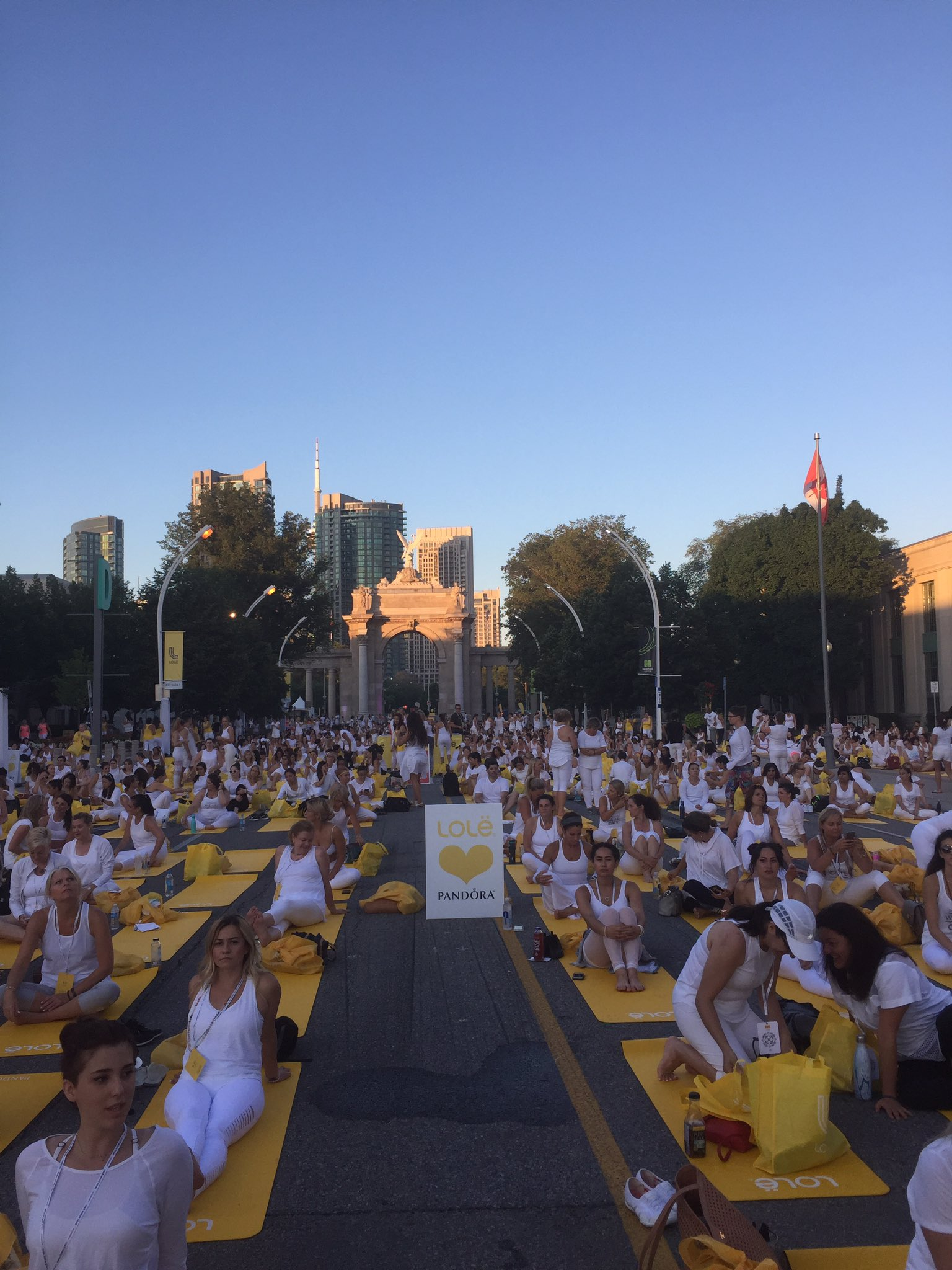 It's a sea of white and yellow at the @Lolewomen White Tour in Toronto. https://t.co/OsV91hWnTY