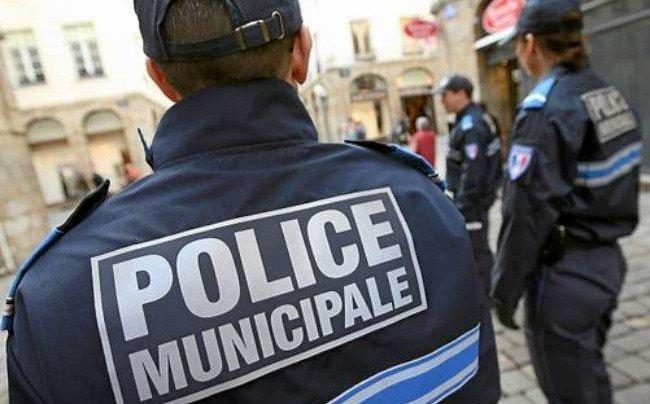 🇫🇷 #Yvelines 2 policiers municipaux attaqués par une quinzaine d'individus au visage masqué. https://t.co/p4H4CKECbK