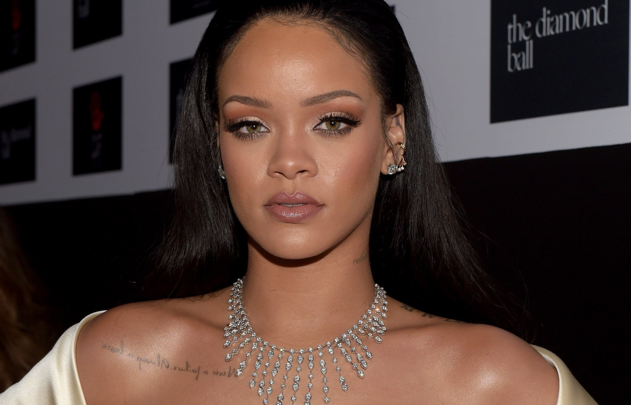 Rihanna just wore a pink bra as a shirt—and it obviously looks amazing: https://t.co/mEyrZt9qpe https://t.co/gaUqXk0vIZ
