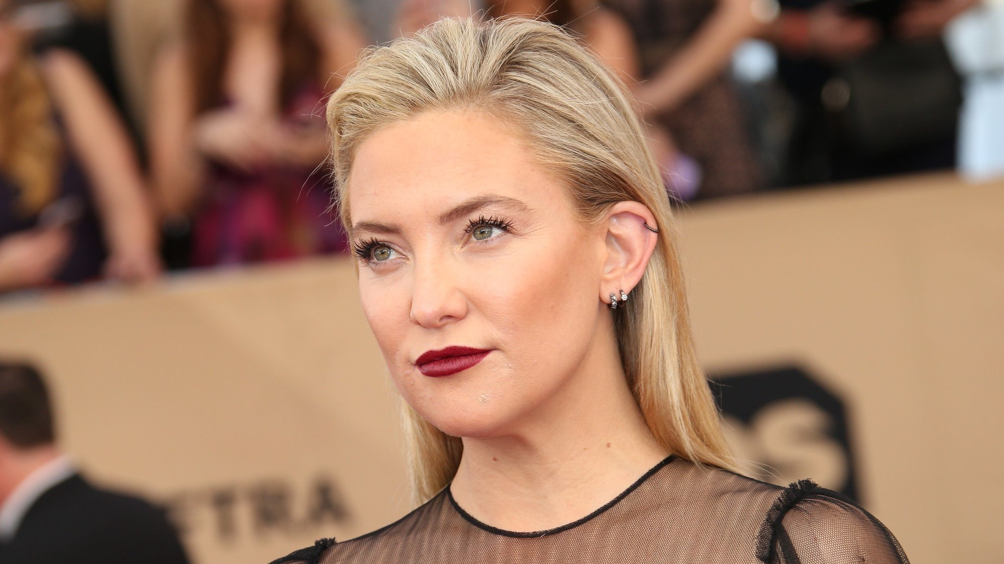 Kate Hudson shaved her head, and the pic will legit make your jaw drop: https://t.co/VQRN2sPb6n https://t.co/ag5eQnceSe