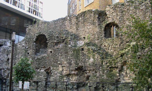 Londra sconosciuta: Le mura romane di Londra https://t.co/RIG5IRkJGE