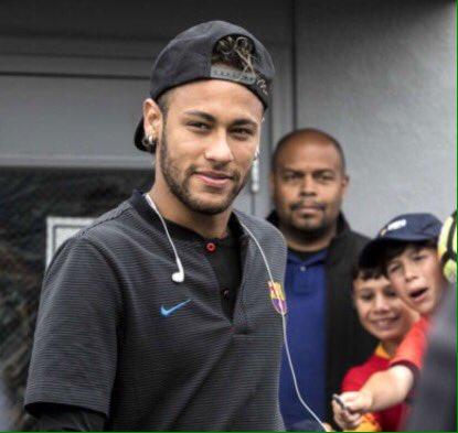 #Ctrip, une agence de voyage chinoise vient d'annoncer que  #Neymar a annulé le voyage en #Chine pour régler un transfert. (Via @RomainCG75)