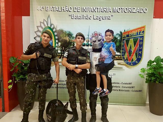 """44º BI Mtz realiza exposição Alusiva à """"Semana do Soldado"""" no Pantanal Shopping https://t.co/zMlMkHjAvb"""