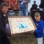 Schipper Douwe Visser en kleinzoon Douwe tijdens prijsuitreiking Elahuizen @SKSskutsjesilen @desnekerpan