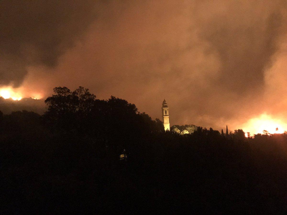 Le encercle le village haut de de #sisco #incendie #corse pic.twitter.com/epNetdlAYl