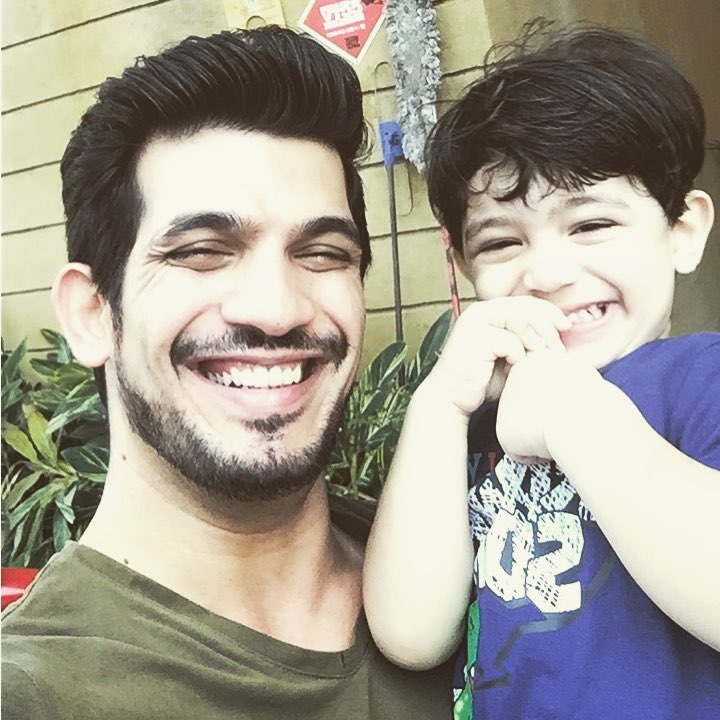 How cute is this father-son duo?  #ArjunBijlani #AyaanBijlani pic.twitter.com/E1uWAScxBQ