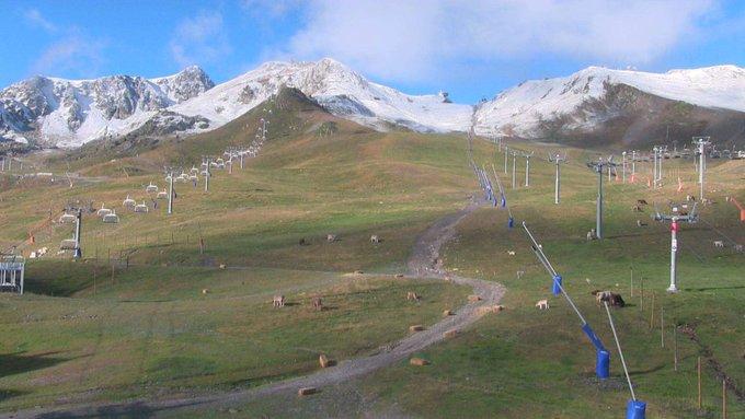 Ligera nevada esta noche en las cumbres de Pirineos!!! 😍❄️🎉 #Winteriscoming #GanasDeNieve!!! [📸@grandvalira (1y2), #CambredAze y @PicduMidi]