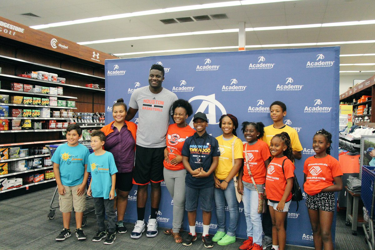 aa16d5e8c826 Academy    CapelaClint helped make back-to-school shopping a little easier  for local kids today with a shopping spree.  AcademyGivespic.twitter.com   ...