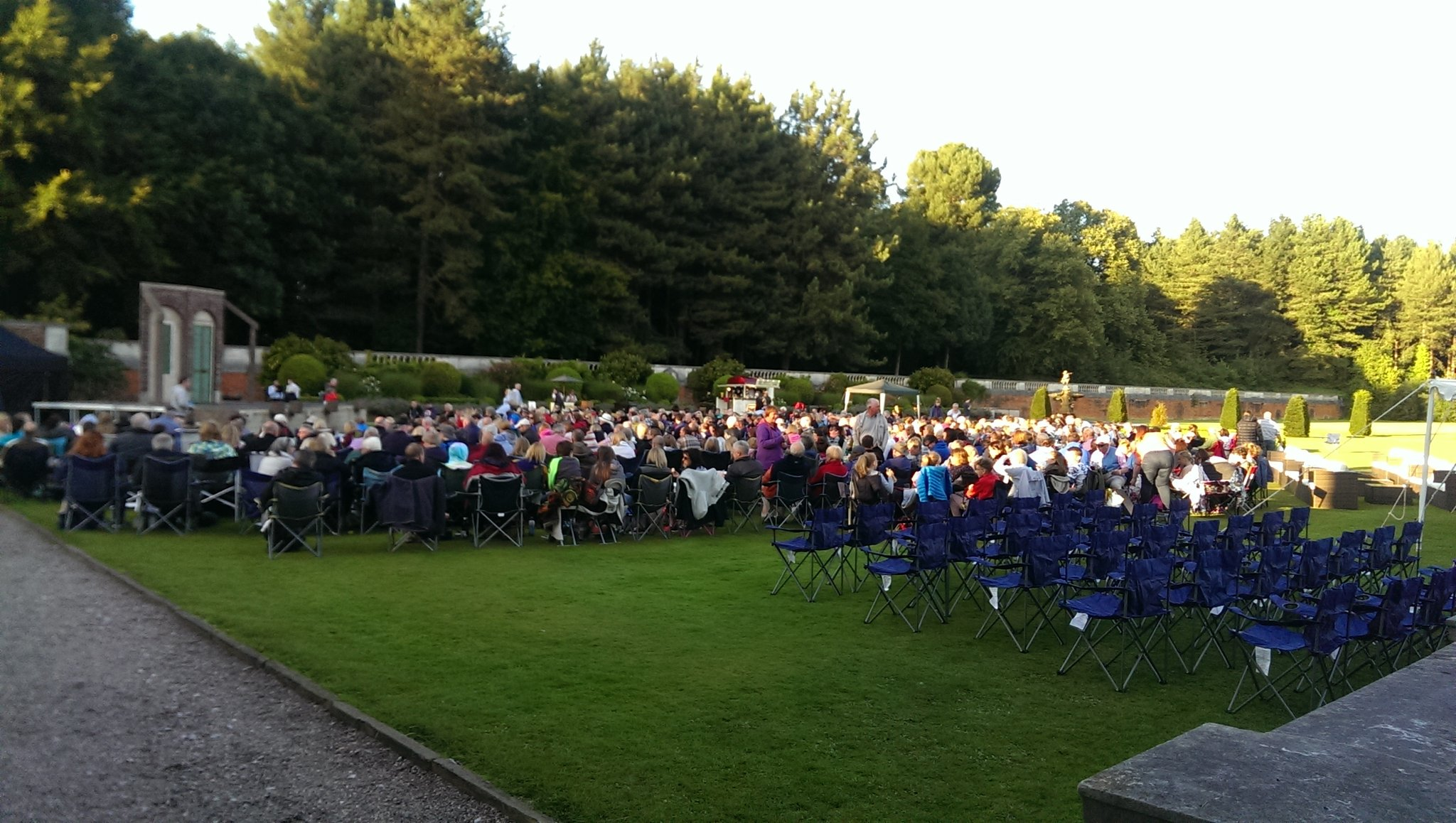 Packed audience on the lawn @KnowsleyHall ready for the performance to begin! @TLCMuk https://t.co/jbHFEKEb4A
