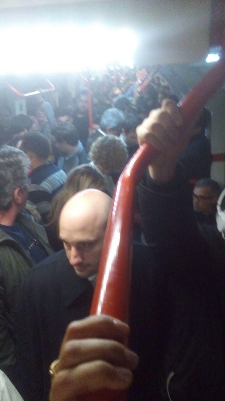 Esto está pasando AHORA LÍNEA B entre estaciones Callao y Pasteur hace más de una hora @basubte hagan algo https://t.co/HVNEgVx8j1